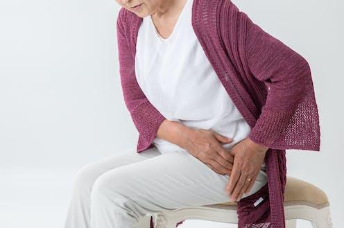 Persona mayor sentada se duele de la cadera