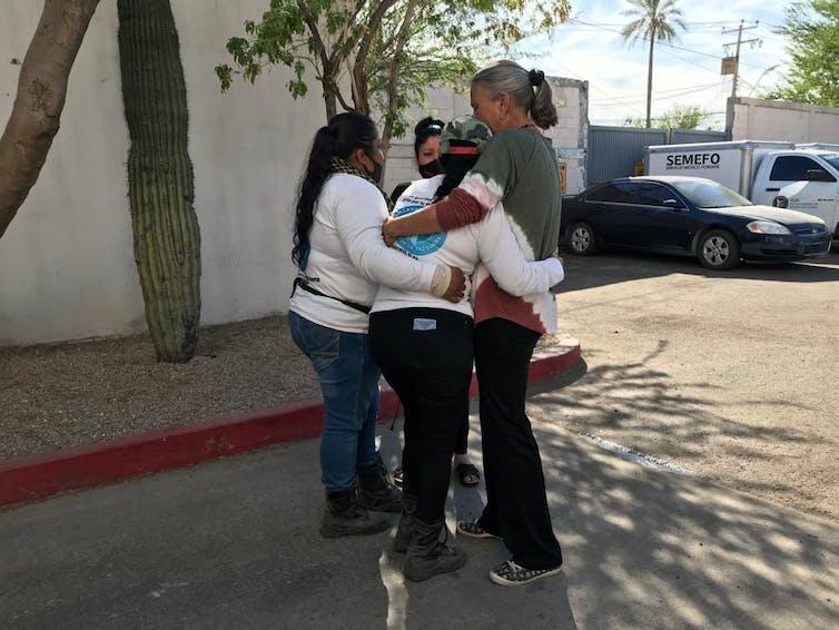 Las madres del Colectivo Buscadoras por la Paz Sonora abrazando a Cecilia ante el Servicio medico legal tras reconocer a su hijo.Colectivo Buscadoras por la Paz Sonora.,CC BY-SA