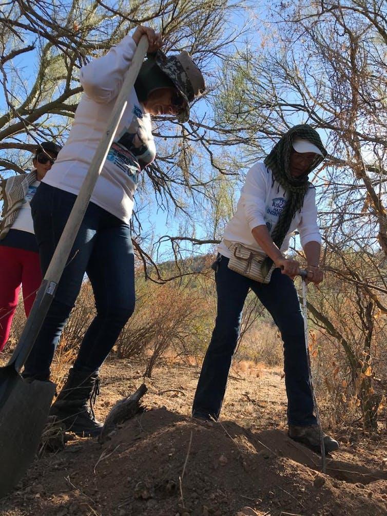 Cecilia y Charlín buscando fosas en noviembre de 2020.Colectivo Buscadoras por la Paz Sonora.,CC BY-SA