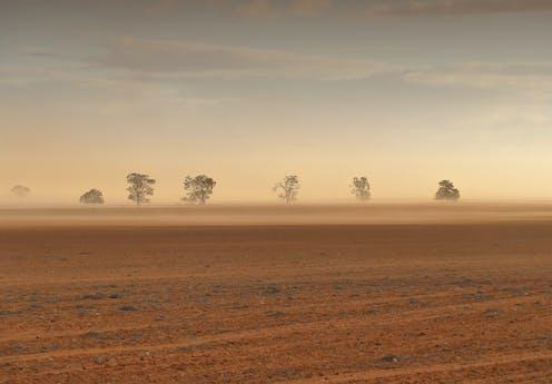 Badai debu di lahan kering.