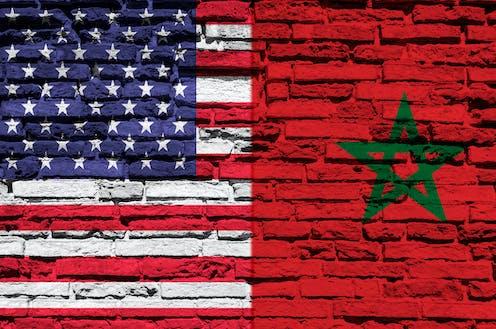 las banderas de Estados Unidos y Marruecos pintadas sobre un muro de ladrillo.