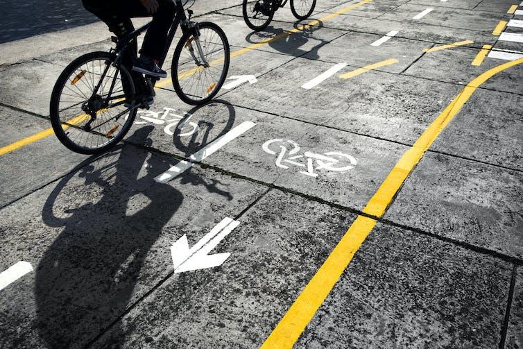 Cycliste sur la piste cyclable