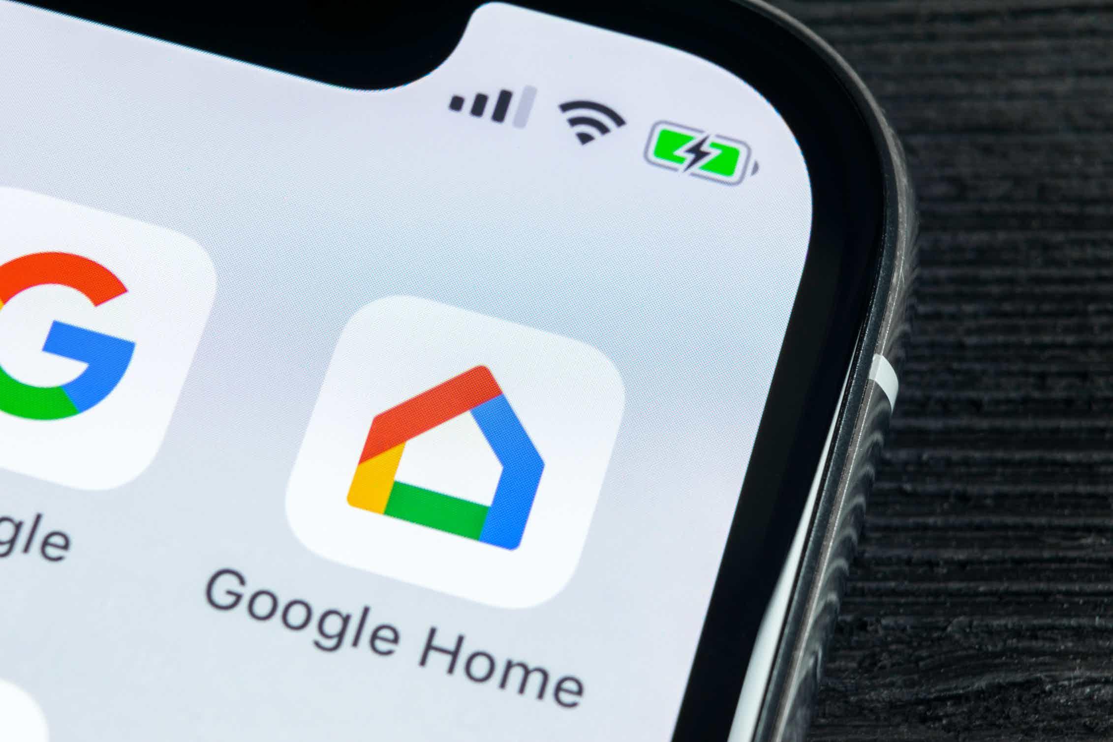 La aplicación Google Home sirve para controlar los 'dispositivos inteligentes' de la casa.Shutterstock / BigTunaOnline