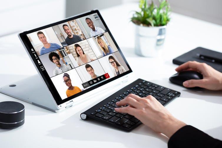 Llamada de videoconferencia en línea.  Reunión de trabajo desde casa