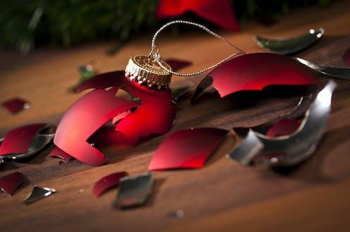 Bola de árbol de navidad rota.