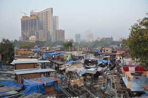 Chabolas de Bombay con rascacielos al fondo.