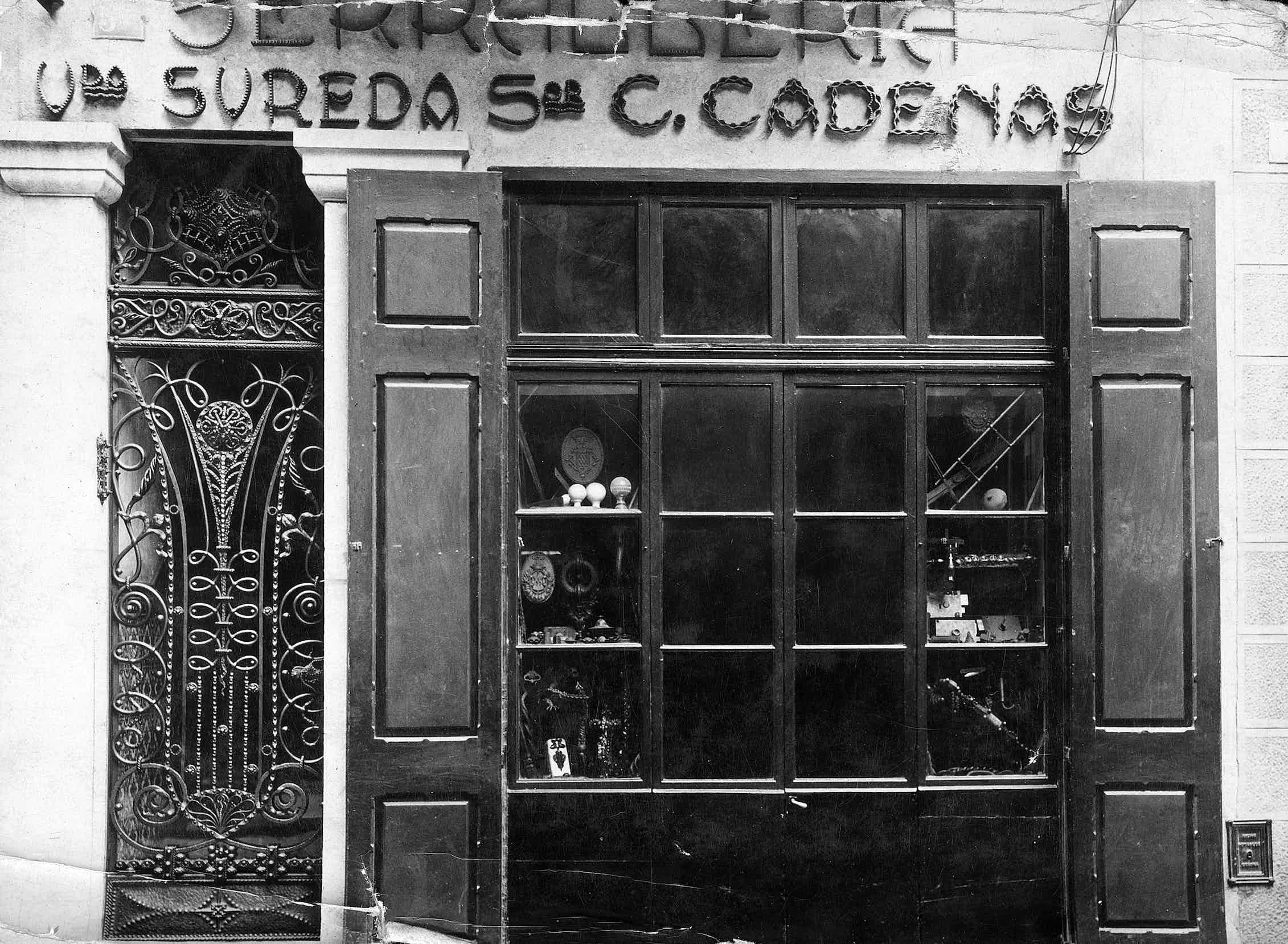 Fachada del establecimiento de orfebrería Viuda de Sureda / Señor C. Cadenas de Girona.Ajuntament de Girona. CRDI (Autor desconocido)