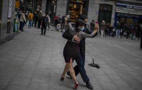 Tango dancers on the street.