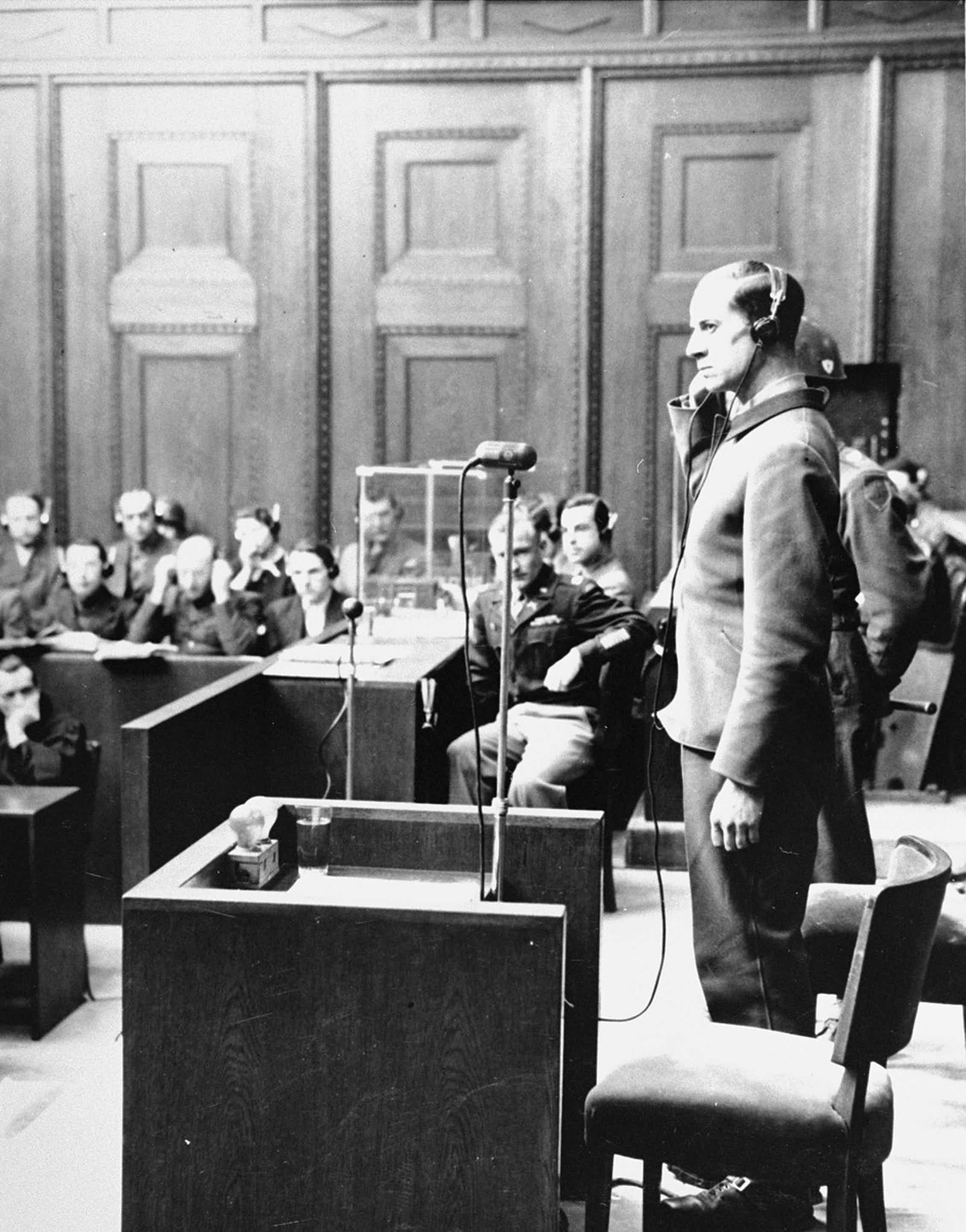Karl Brandt en el estrado durante el Juicio de los Doctores en Nuremberg en febrero de 1947.United States Holocaust Memorial Museum