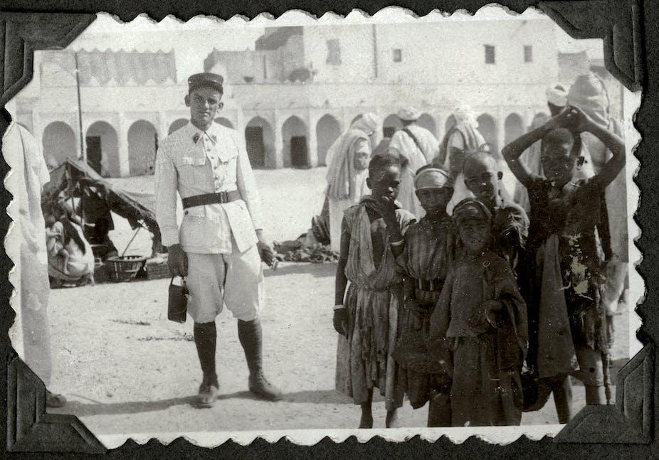 Enfants et légionnaire sur la place des Acardes à Colomb-Béchar, années 1930.