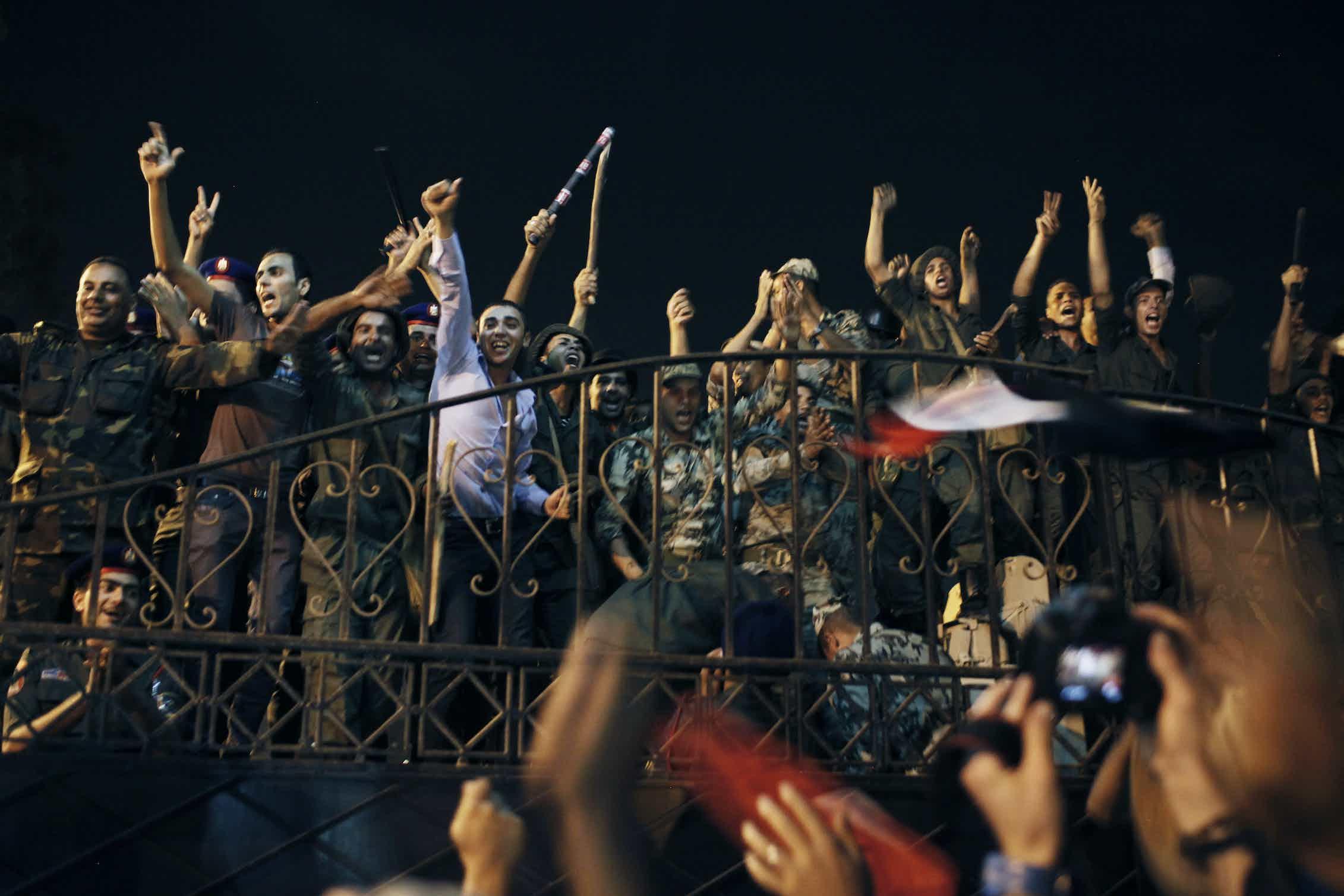 Manifestantes egipcios celebran el golpe militar que derrocó al presidente Mohamed Morsi junto a miembros de la Guardia Republicana de Egipto el 3 de julio de 2013 en El Cairo.Ed Giles/Getty Images