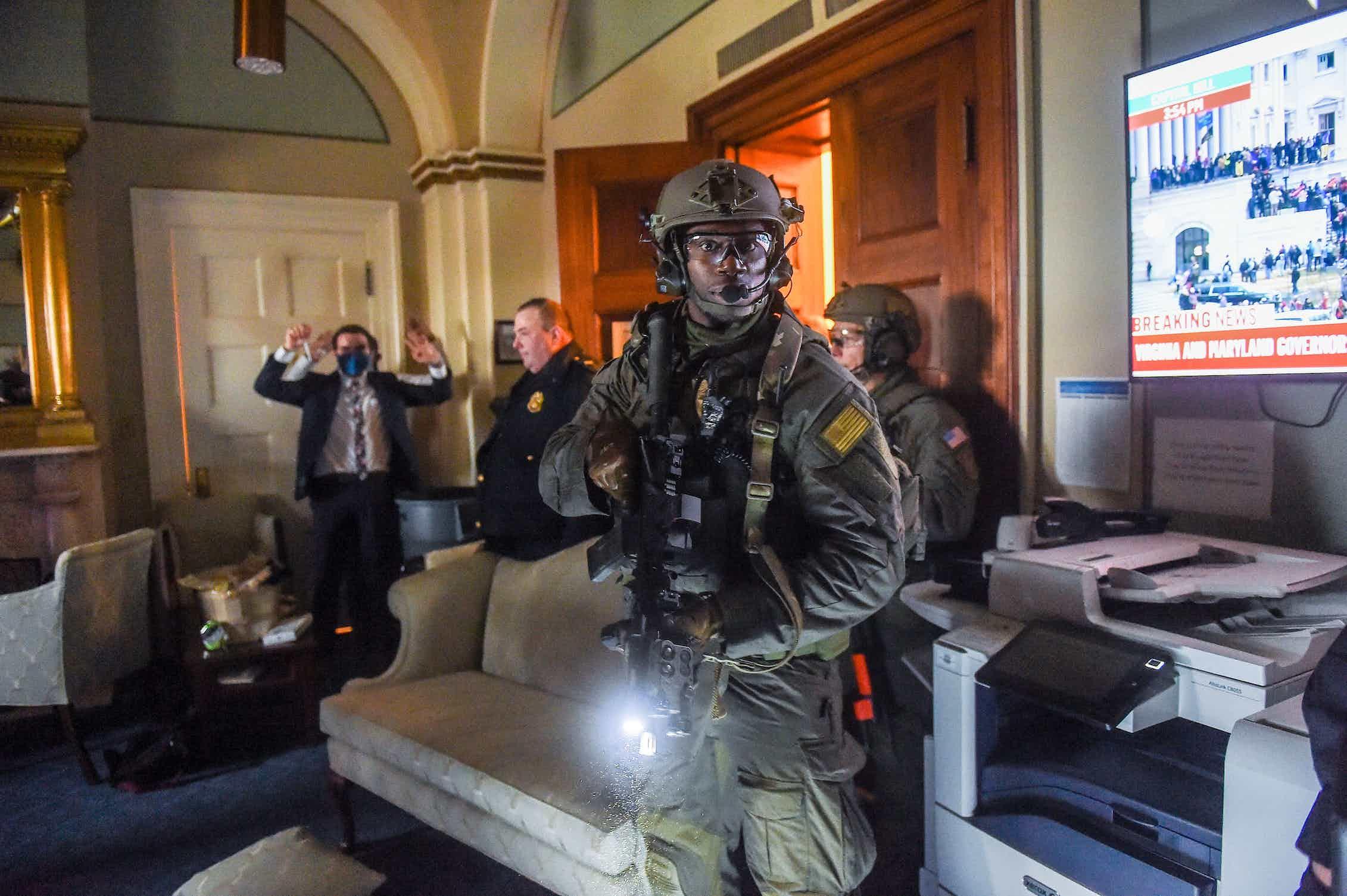 Los equipos SWAT tratan de liberar el edificio del Capitolio de manifestantes pro-Trump.Olivier Douliery/AFP via Getty Images
