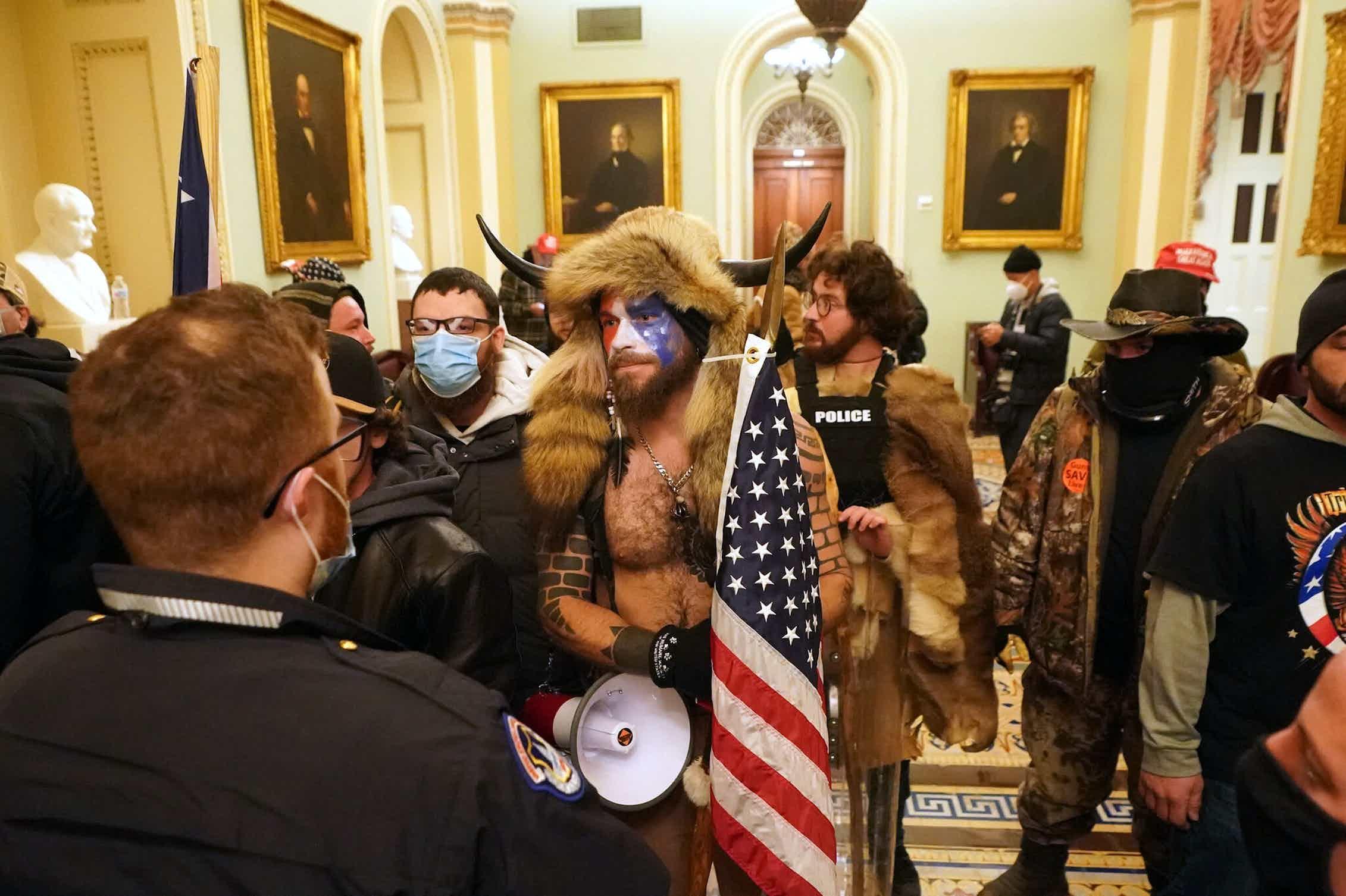 Manifestantes en el interior del Capitolio se encaran con la policía. Washington, 6 de enero de 2021.Shutterstock / Alex Gakos