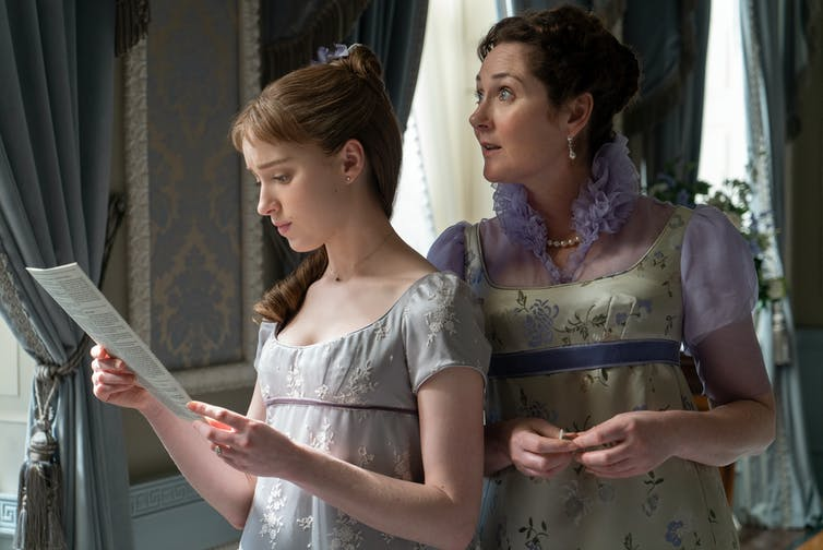 Daphne Bridgerton and her mother Lady Violet Bridgerton