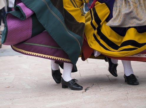 Pues de dos bailarinas de danzas folclóricas asturianas.