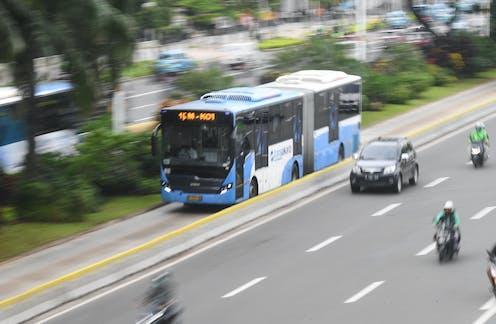 Bus Transjakarta melintas di Jalan Jenderal Sudirman, Jakarta