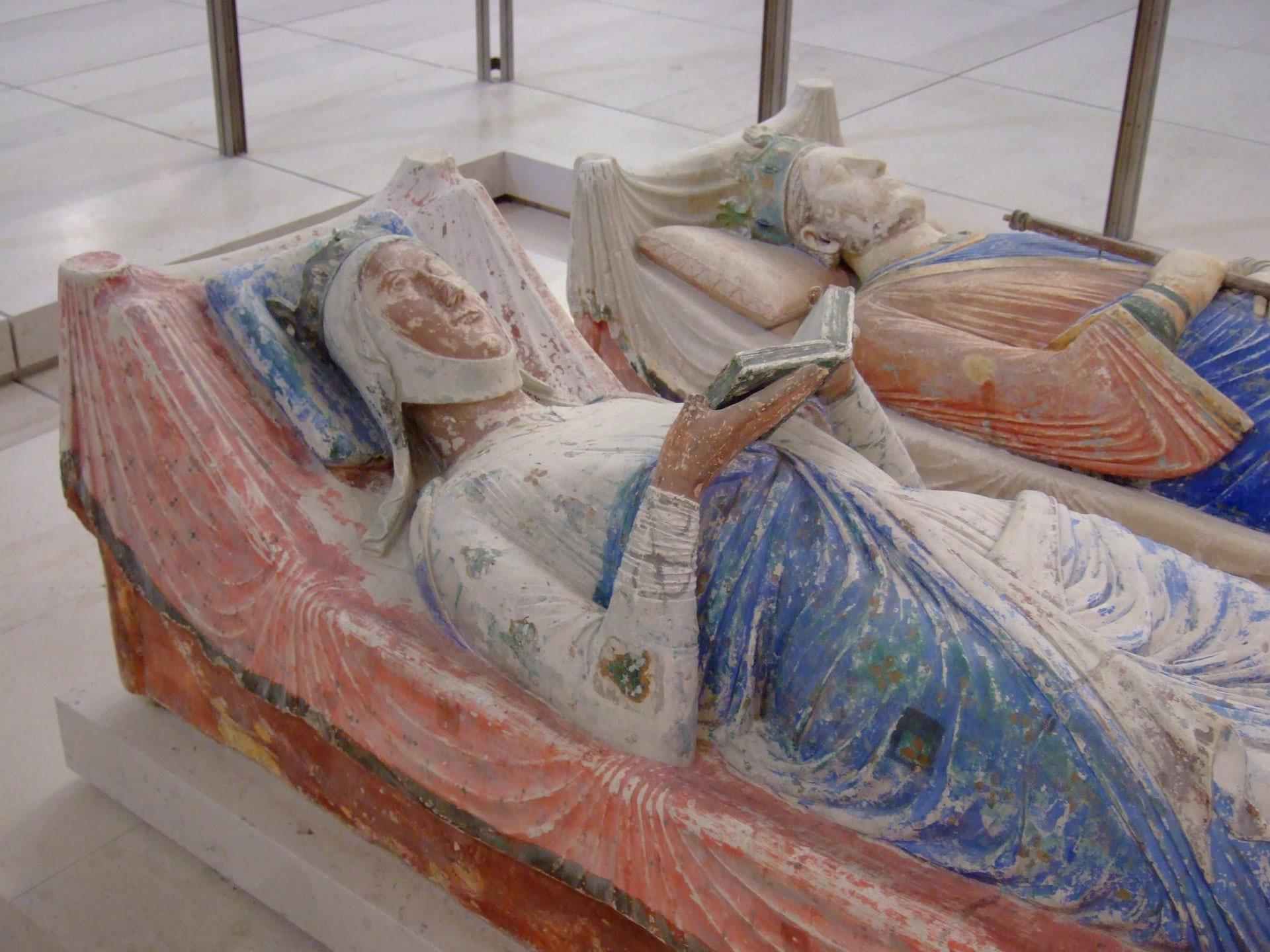 Las tumbas de Eleanor de Aquitania y Enrique II en la Abadía de Fontevraud. Wikimedia Commons