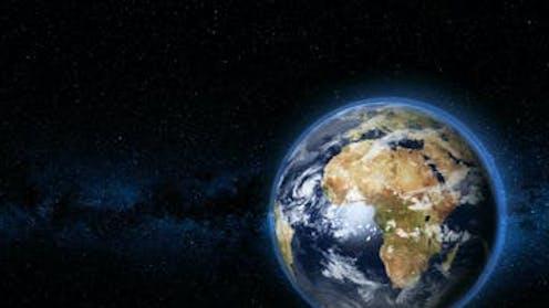 Gambar planet Bumi berpusat di benua Afrika dengan latar belakang ruang gelap.