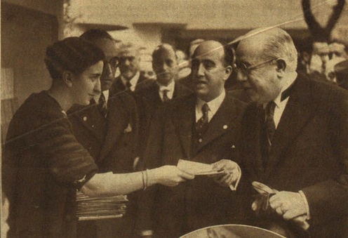 Siendo presidente de la República, Manuel Azaña acudió a la inauguracion de la IV Feria del Libro de Madrid el domingo 24 de mayo de 1936. La fotografía procede de un reportaje gráfico del diario Ahora del martes 26 de mayo de 1936, firmado por Contreras y Vilaseca. BNE - Hemeroteca Digital