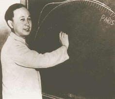 Qian Xuesen writes on chalkboard