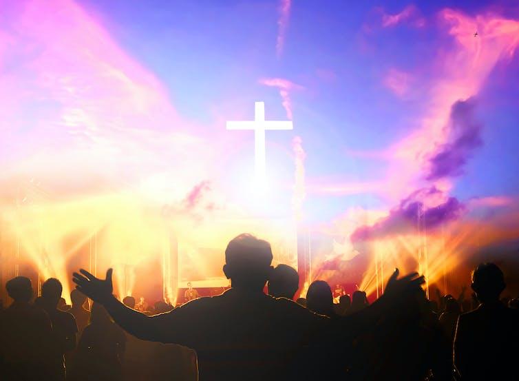 Un service chrétien coloré à l'église avec un homme qui tend les bras en prière