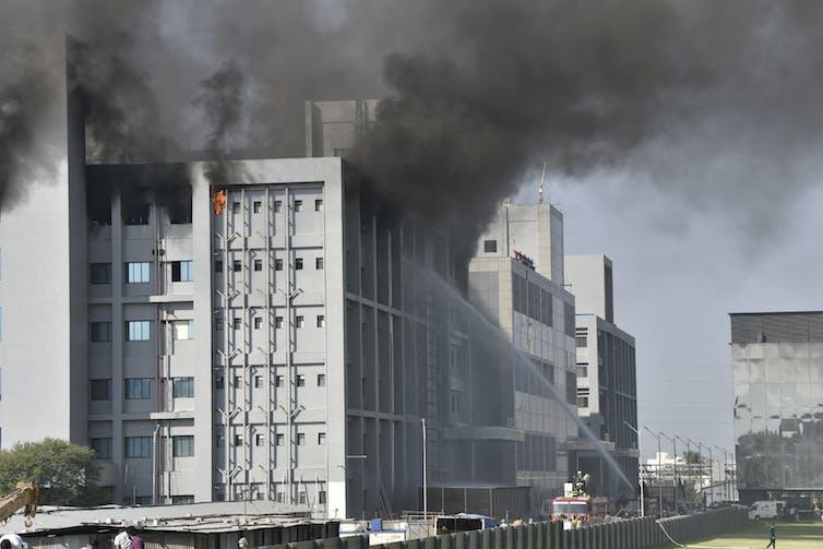 I vigili del fuoco affrontano l'incendio presso le strutture del Serum Institute a Pune, in India.