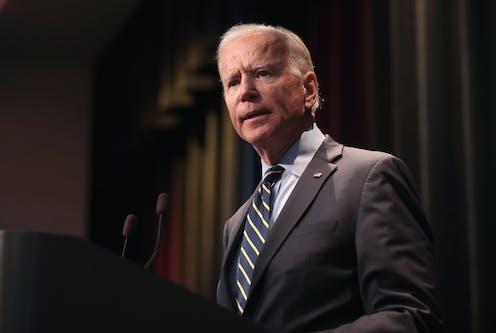 Joe Biden di podium.
