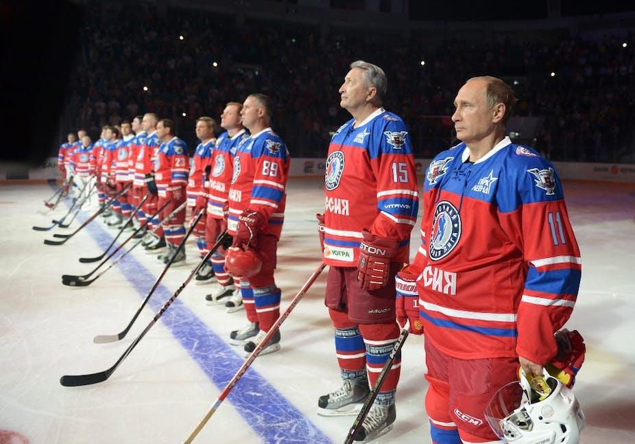 Vladimir Poutine pendant un match de hockey sur glace