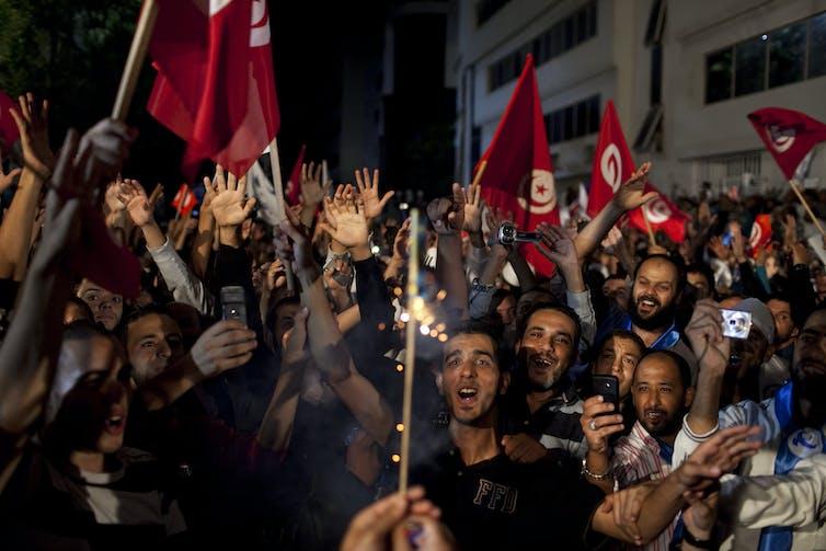 Une foule heureuse agitant des drapeaux tunisiens célèbre les élections d'octobre 2011.