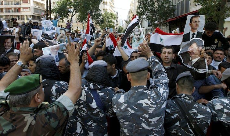 Des soldats entourent un groupe de manifestants syriens à Beyrouth, Lénanon, mars 2011.