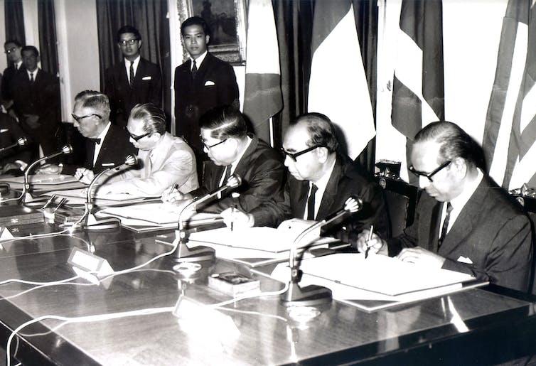 Penandatanganan Deklarasi Bangkok pada tanggal 8 Agustus 1967 oleh Menteri-menteri Luar Negeri Narciso Ramos (Filipina), Adam Malik (Indonesia), Thanat Khoman (Thailand), Tun Abdul Razak (Malaysia), dan S. Rajaratnam (Singapura), menandai pembentukan ASEAN.