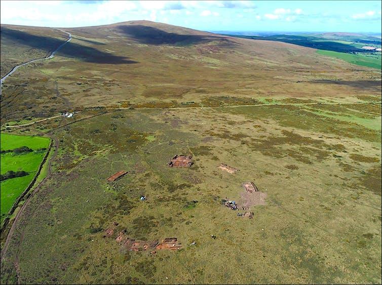 Une photographie aérienne d'une plaine verte