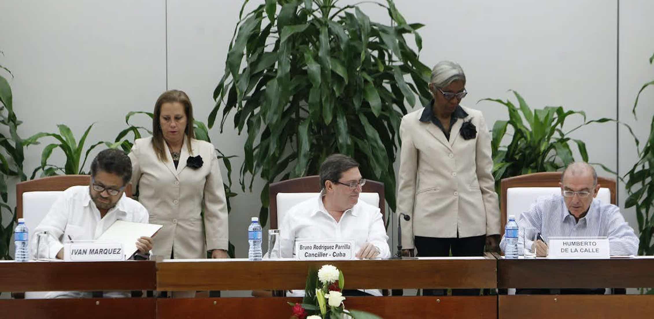 Representantes de las FARC y el Gobierno colombiano firman el acuerdo de paz en La Habana (Cuba) el 12 de noviembre de 2016.EPA/Ernesto Mastrascusa