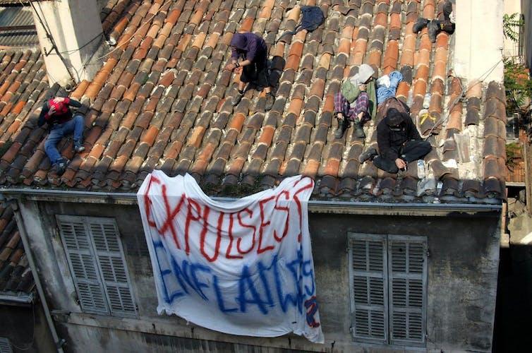 Des personnes sur le toit d'un immeuble