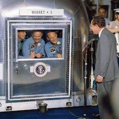 Image du président Nixon accueillant des astronautes à bord du U S S Hornet.