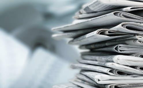 Pila de periódicos de papel.
