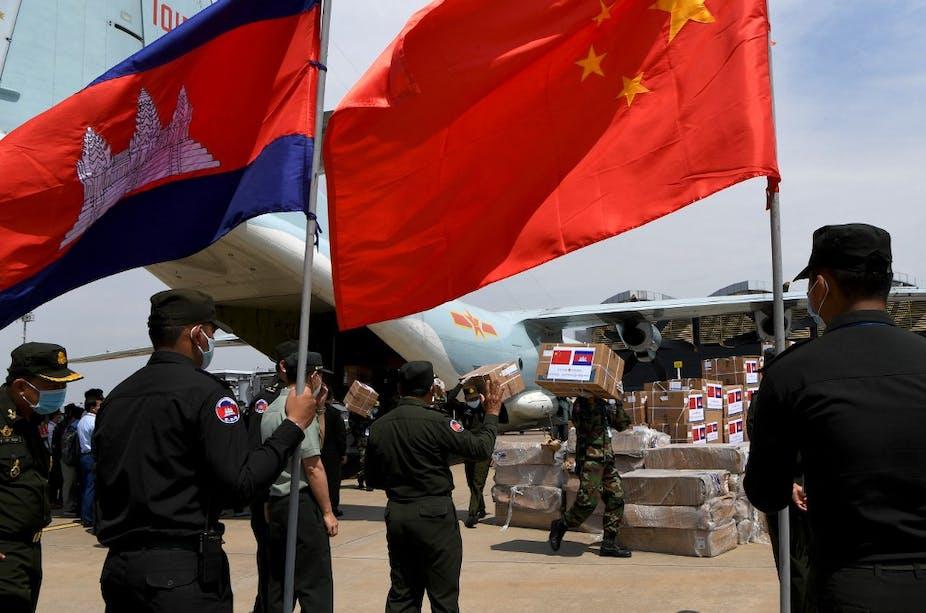 Livraison de matériel médical en provenance de Chine au Cambodge à l'aéroport international de Phnom Penh, le 25 avril 2020.