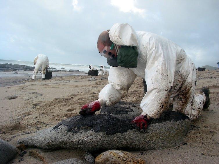 Voluntarios limpiando las playas gallegas tras el vertido del Prestige. Stéphane M. Grueso / Flickr, CC BY-SA