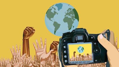 Imagen de manos extendidas bajo una bola del mundo