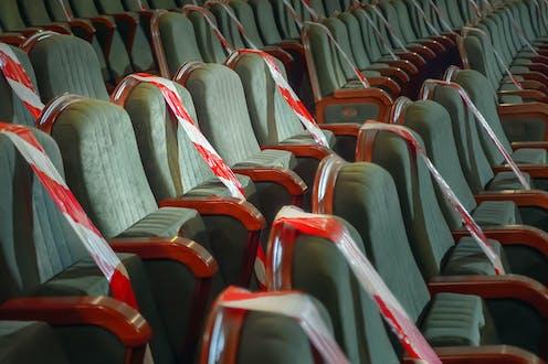 Patio de butacas con algunos sillones clausurados con cinta.
