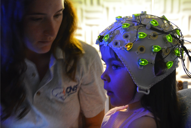 Child wearing a EEG cap