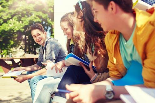 Grupo de adolescentes sonrientes.
