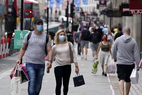 Sepasang orang mengenakan masker