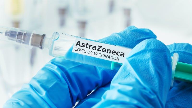 Por qué es una temeridad retrasar las vacunaciones de AstraZeneca