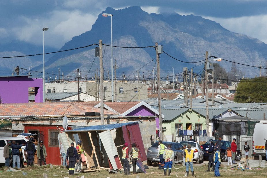 Démolition de cabanes inhabitées à Bloekombos, Kraaifontein, au Cap, le 6 août 2020.