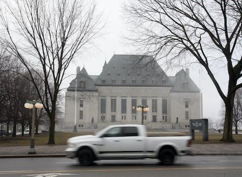 Une voiture passe devant le bâtiment de la Cour suprême du Canada