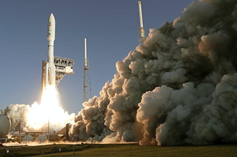 Une fusée décolle de sa base