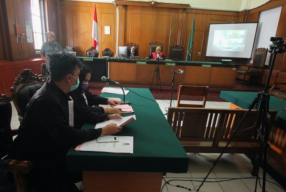 Suasana sebuah sidang telekonferensi di Pengadilan Negeri Surabaya, Jawa Timur.