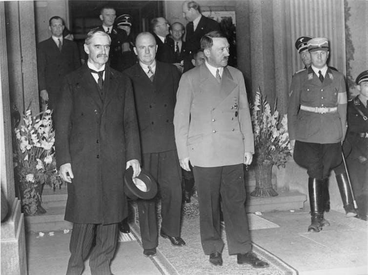 Photo des archives allemandes Feberal montrant le premier ministre britannique de l'époque Neville Chamberlain avec le leader allemand Adolph Hitler, Munich 1938.