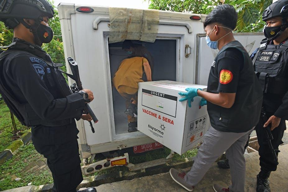 Personil polisi mengawal vaksin COVID-19 untuk distribusi di Banten.
